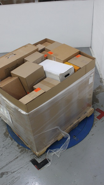 Pallet – 31 Pcs – Decorations & Favors, Costumes – Open Box Like New, New Damaged Box, New, Used, Like New – Wondershop, Philips, Hyde and Eek! Boutique, Creative Converting